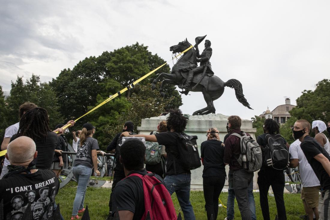 Những kẻ nổi loạn đang chuẩn bị kéo đổ tượng cố Tổng thống Andrew Jackson tại quảng trường Lafayette gần Nhà Trắng vào hôm 22/6/2020 tại Washington, DC. Đây là tổng thống đầu tiên của đảng Dân chủ