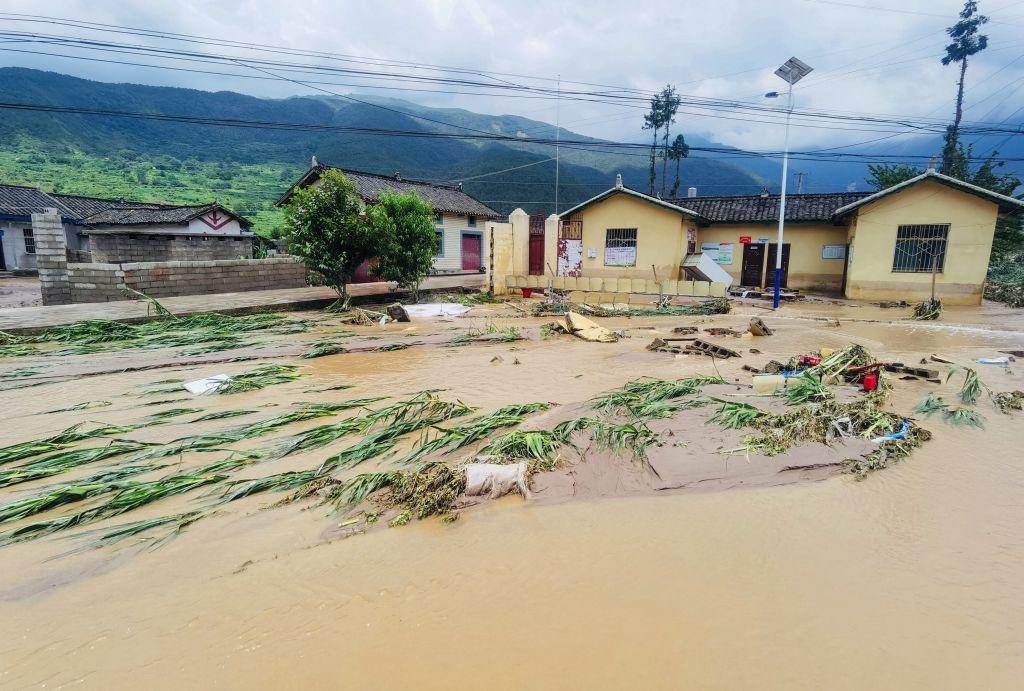 Đường phố ngập nước và các tòa nhà bị nhấn chìm ở Mianning, phía tây nam tỉnh Tứ Xuyên, Trung Quốc vào ngày 27/6.