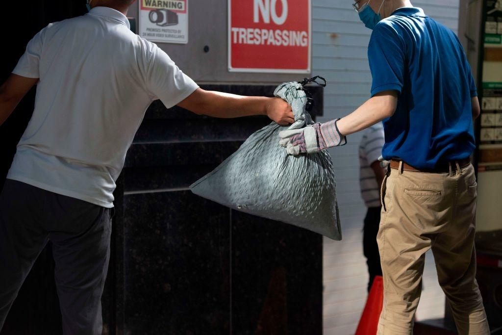 Các túi rác được tiêu hủy tại Lãnh sự quán Trung Quốc ở Houston ngày 24/7. (Ảnh: MARK FELIX/AFP /AFP via Getty Images)