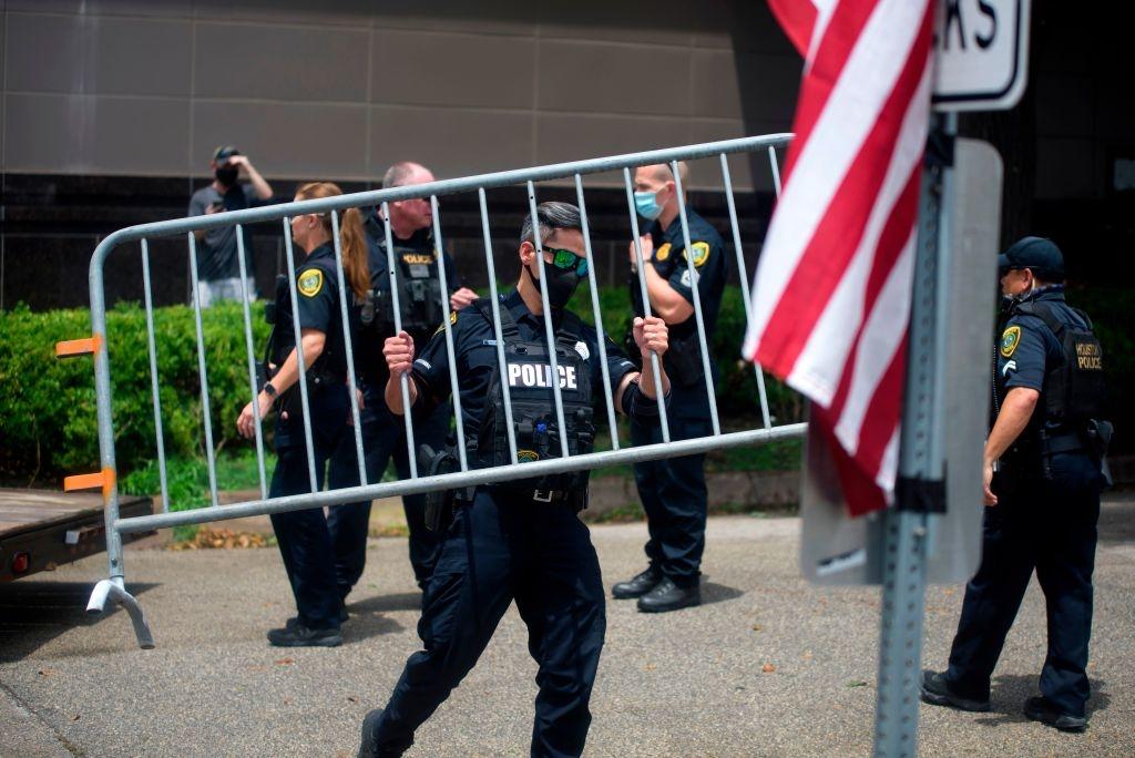 Cảnh sát chặn các lối đi xung quanh tòa lãnh sự Trung Quốc ở thành phố Houston sau khi hết hạn đóng cửa ngày 24/7. (Ảnh: Getty)