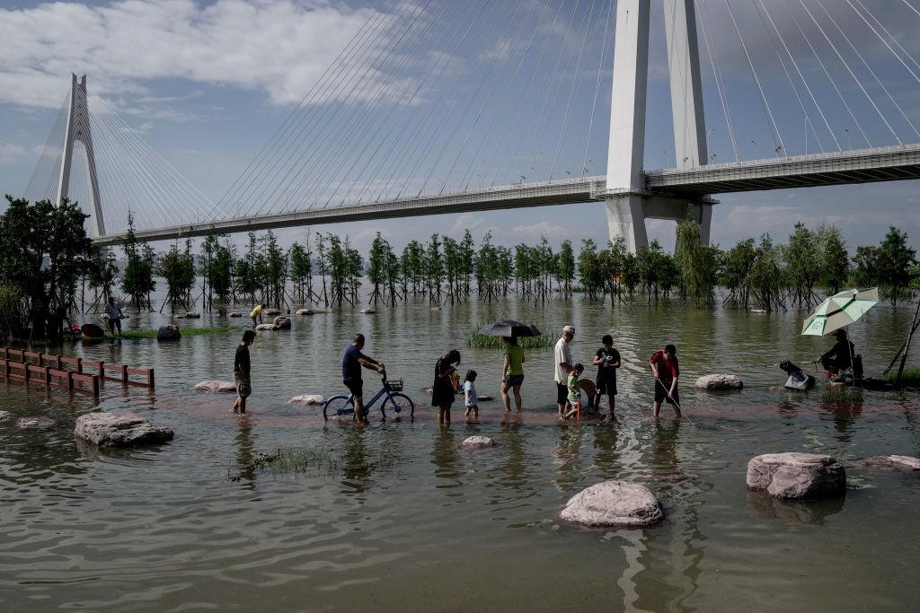 """Người Trung Quốc phải làm quen với cuộc sống """"sông nước"""" bất đắc dĩ!"""