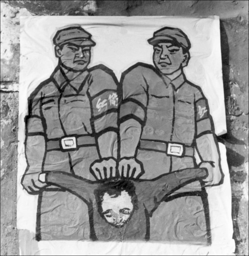 """Một tấm áp phích được trưng bày vào cuối năm 1966 trên đường phố Bắc Kinh với cách đối phó với cái gọi là """"kẻ thù của nhân dân"""" trong cuộc vận động đẫm máu, Đại Cách mạng Văn hóa của Đảng Cộng sản Trung Quốc."""