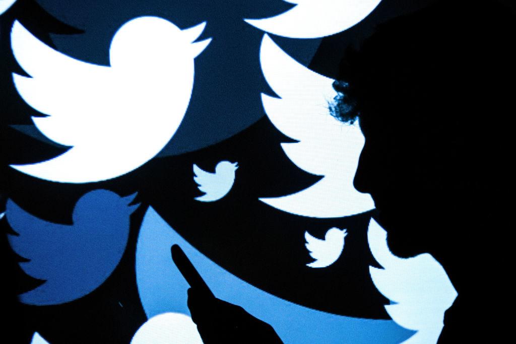 Sự công kích của Twitter và Facebook đối với quyền tự do báo chí