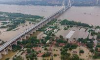 Đỉnh lũ sắp tới, người dân nói chính quyền sẽ xả lũ ra 6 khu vực xung quanh để bảo vệ Vũ Hán