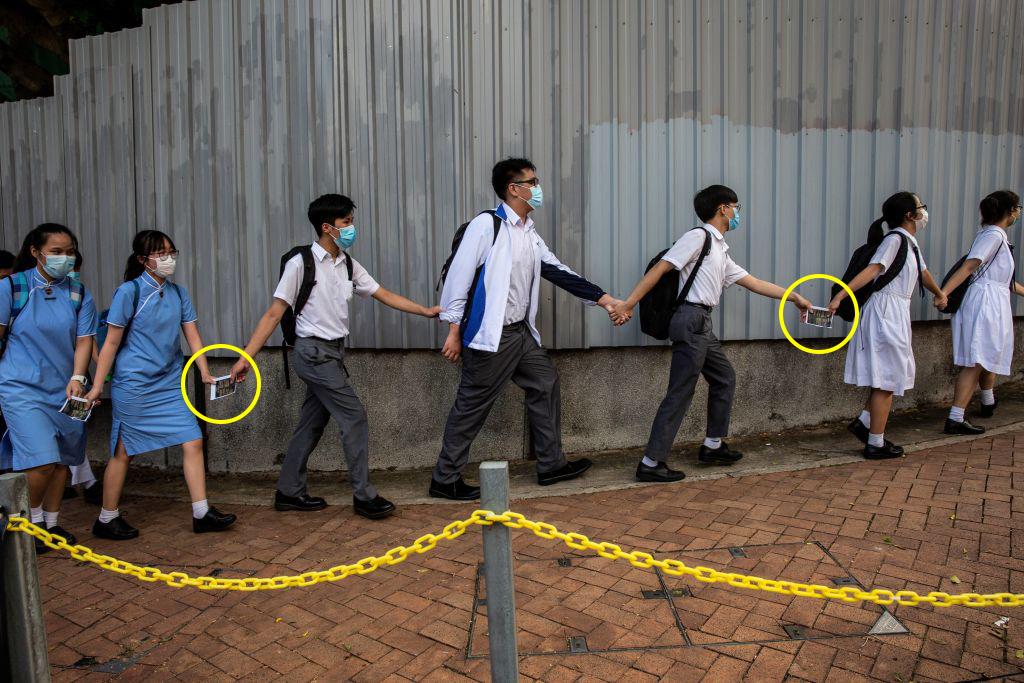"""Nhìn lại hình ảnh học sinh Hồng Kông, chúng ta sẽ thấy rằng """"nam nữ thụ thụ bất thân"""" không còn là sự cổ hủ, ngược lại thật trong sáng và dễ thương, đáng để mỗi chúng ta ngưỡng mộ, mong muốn quay về với truyền thống."""