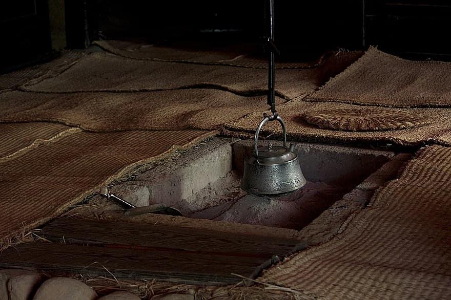 Khang Hy quay về trong cung, làm theo lời dặn của vị lang trung, đun nước tắm rửa.