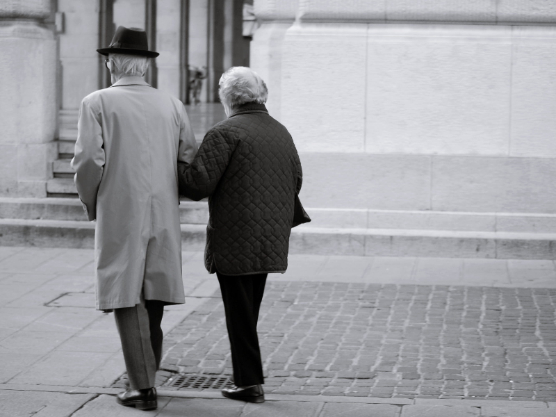 Có một đôi vợ chồng già ở nước Mỹ, họ ăn mặc trang phục khá cũ kỹ. Thư ký của hiệu trưởng đã kết luận trong một khoảnh khắc rằng hai con người quê mùa như vậy không thể làm việc với Harvard.