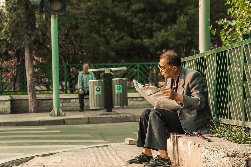 Một buổi sáng, anh chú ý tới một ông lão đã lớn tuổi nhưng vẫn giữ được vẻ rắn rỏi và lạc quan.