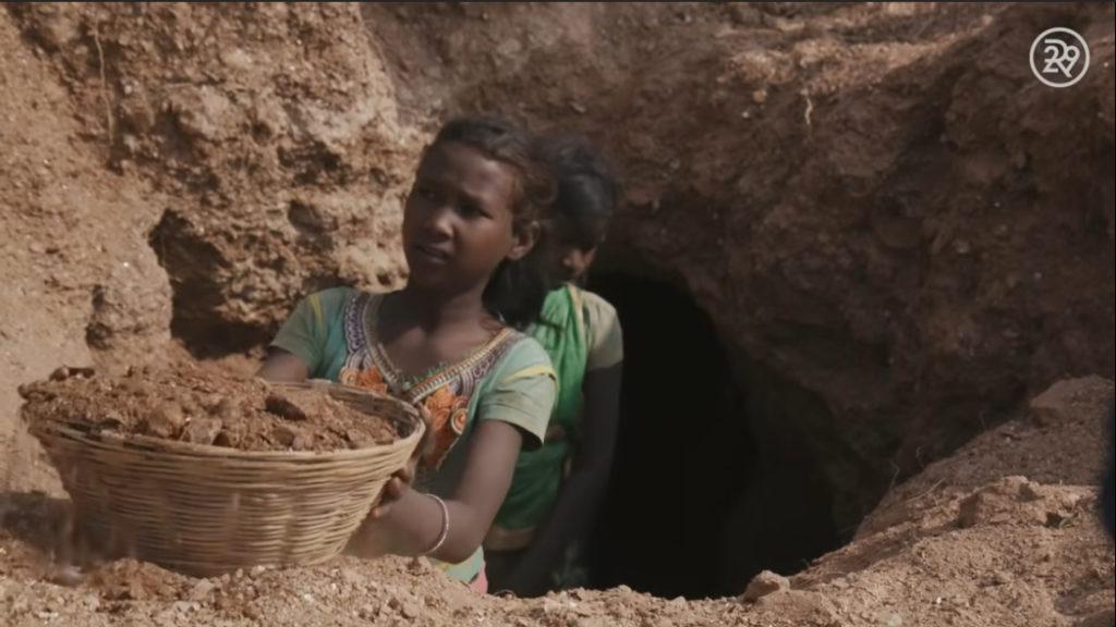 Pooja và rất nhiều đứa trẻ khác không biết mica sẽ đi đâu sau khi bán nó cho các nhà môi giới trong thị trấn - chúng chỉ biết rằng nó là cách duy nhất để nuôi sống gia đình mình.