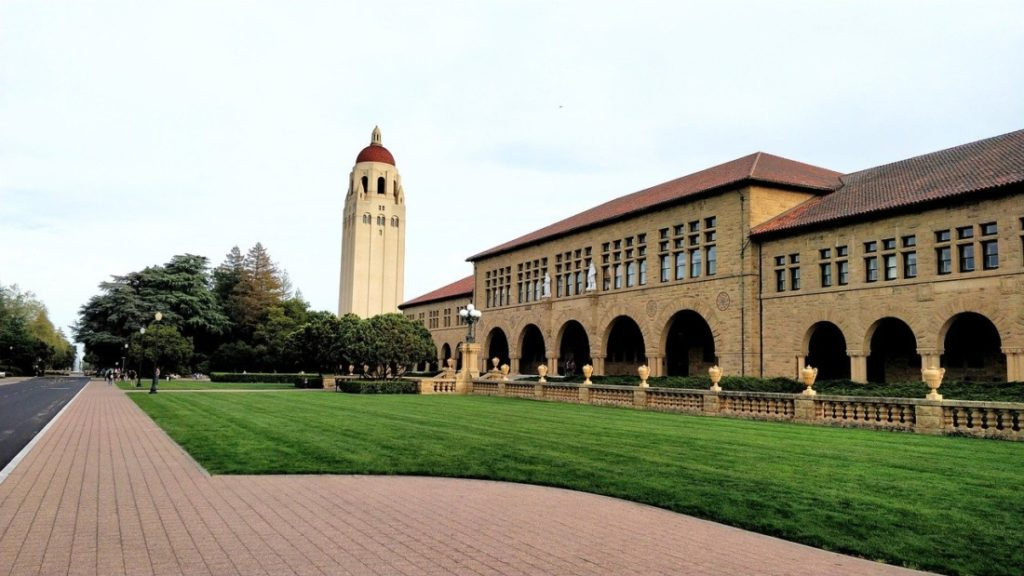 Sau đó, họ đến California và thành lập Đại học Stanford để tưởng nhớ con trai của họ. Đây là nguồn gốc của Đại học Stanford.