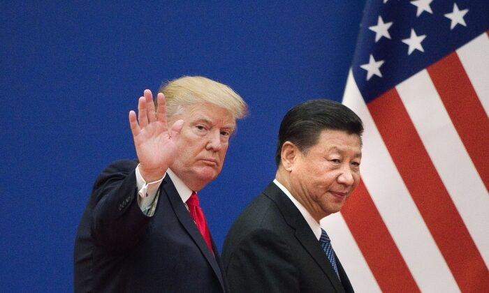 Tổng thống Trump đã ban hành sắc lệnh chặn triệt để dòng máu tài chính từ túi tiền người dân Mỹ, quỹ hưu trí và doanh nghiệp Mỹ đổ vào doanh nghiệp Trung Quốc có quan hệ với quân đội. (Ảnh của Nicolas Asfouri / AFP / Getty Images)