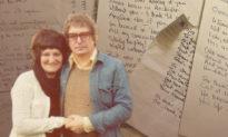 Người đàn ông viết 8500 bài thơ tặng vợ và đặt dưới gối suốt 25 năm