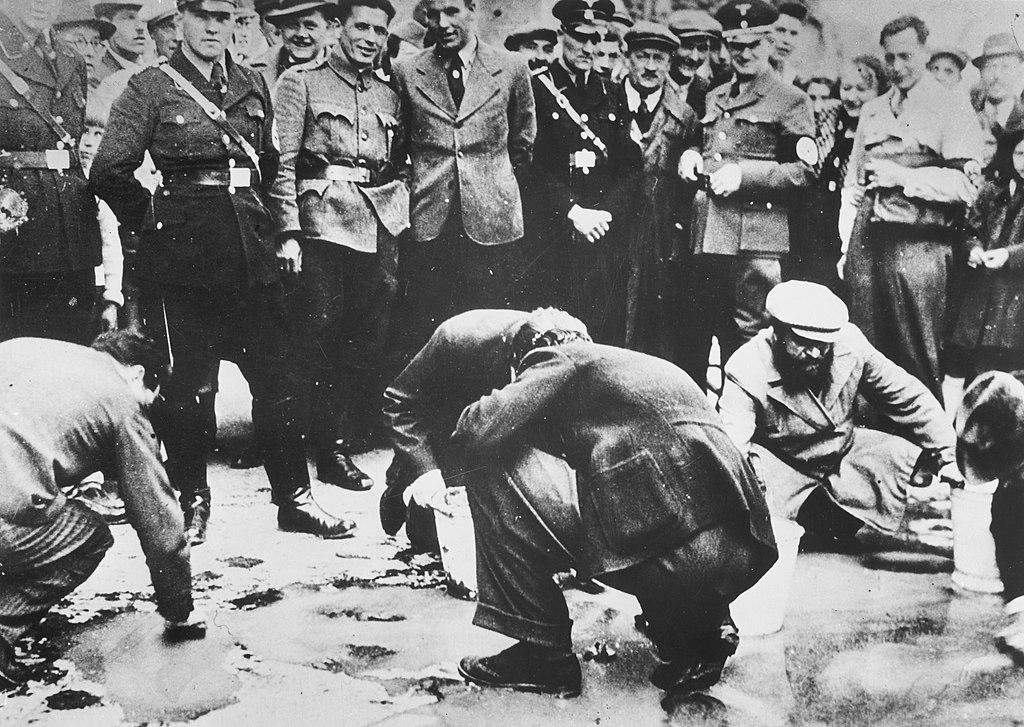Người Do Thái bị bắt cọ rửa vỉa hè vào tháng 04/1938. (Wikipedia)