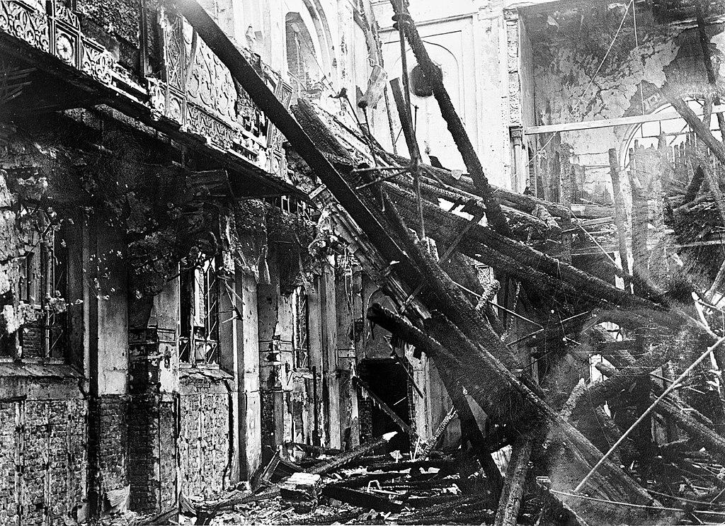 Đức Quốc xã đã tiến hành các hoạt động khủng bố và bạo lực đầu tiên bằng cách phá hủy hơn 1.000 giáo đường Do Thái và 7.500 doanh nghiệp Do Thái trên khắp nước Đức. (Wikipedia)
