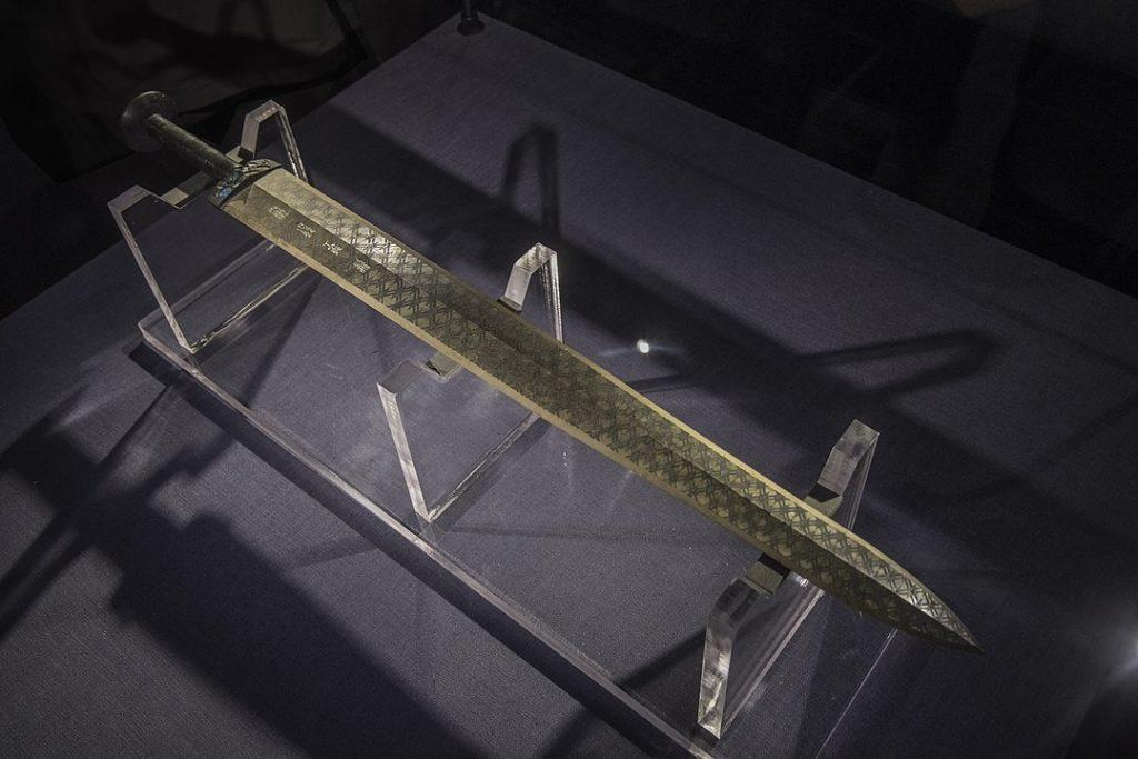 """Nghiên cứu sâu hơn cho thấy lý do tại sao """"Thanh kiếm Việt Vương Câu Tiễn"""" không bị rỉ sét trong hàng ngàn năm là vì thanh kiếm được phủ một lớp kim loại có chứa crom. (Wikipedia)"""