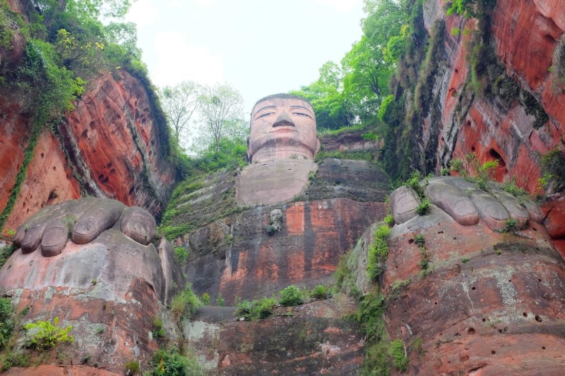 Lạc Sơn Đại Phật là một bức tượng Phật ngồi
