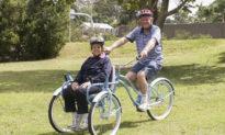 Chồng tự làm chiếc ghế xe đạp siêu đặc biệt dành tặng vợ bị bệnh Alzheimer