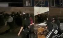 Antifa - Black Lives Matter 'thị uy': Lê máy chém, đốt cờ Mỹ trên đường phố