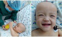 Hai bé song sinh dính liền hết sốt..., cười tít mắt khi được gặp bố mẹ