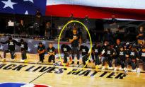 Cầu thủ Meyers Leonard: Một mình đứng thẳng trong khi đồng đội quỳ gối khi hát quốc ca