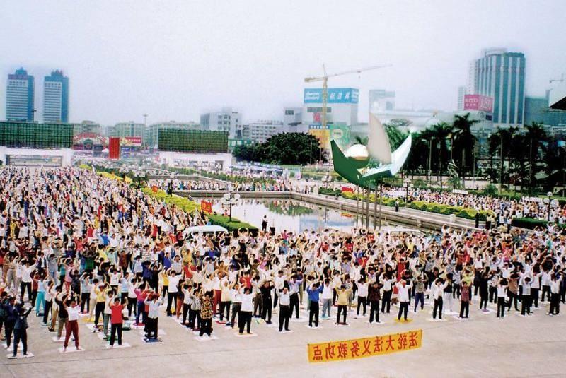 Các điểm luyện Pháp Luân Công nhóm là những địa điểm phổ biến ở Trung Quốc vào những năm 1990, với hàng nghìn học viên Pháp Luân Công (Pháp Luân Đại Pháp) thực hành các bài công pháp ở nơi công cộng.