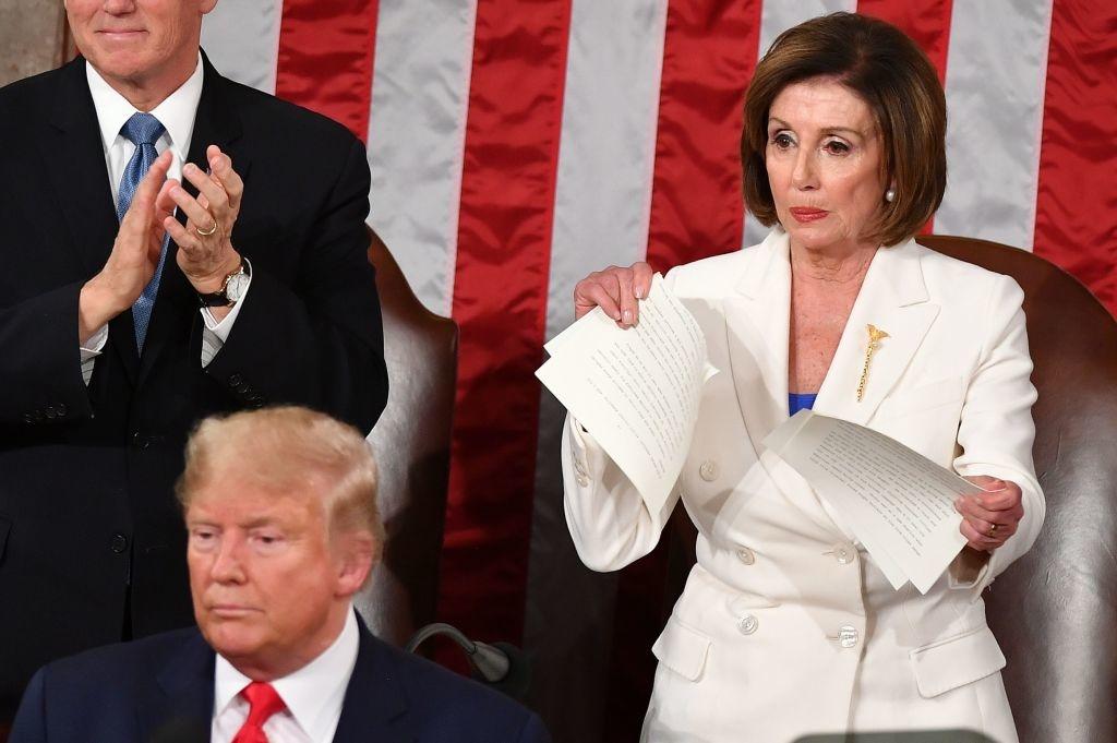Nancy Pelosy - người đàn bà quyền lực nhất Quốc hội Mỹ đã giơ cao bản sao Thông điệp Liên bang xé ngay khi Tổng thống Trump vừa kết thúc bài phát biểu, trước ống kính truyền hình trực tiếp.