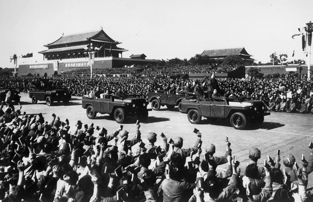 """Trên quảng trường Thiên An Môn, hàng trăm ngàn hồng vệ binh tay vẫy """"Hồng bảo thư"""", hô to khẩu hiệu """"vạn tuế"""" vang dội cả Thiên An Môn."""