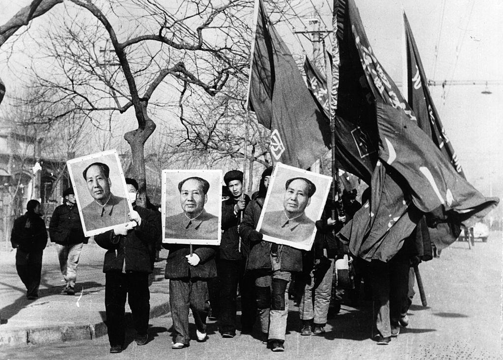 """Đó là lúc Mao bắt đầu được phong thánh, cũng tương tự """"thánh giáo chủ"""" Triêu Dương thần giáo, với bốn cái vĩ đại: """"Người thầy vĩ đại, Lãnh tụ vĩ đại, Thống soái vĩ đại, Người cầm lái vĩ đại."""" (Getty)"""