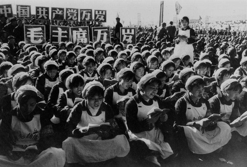 """""""Thánh thư"""" chính là """"Mao chủ tịch ngữ lục"""" hay còn gọi là """"Hồng bảo thư"""". Cuốn sách này xuất hiện trong quân đội từ năm 1964, sau đó đến lượt Hồng vệ binh và tất cả mọi người dân đều phải học thuộc lòng những câu của Mao viết trong sách."""