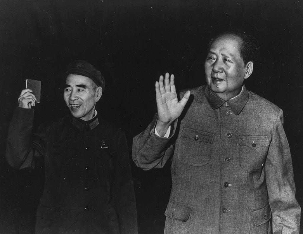 Tiếu Ngạo Giang Hồ được viết xong 2 năm trước vụ lật đổ Mao của Lâm Bưu đã thể hiện được sự nhạy cảm chính trị của Kim Dung đối với trường hợp của Lâm Bưu.