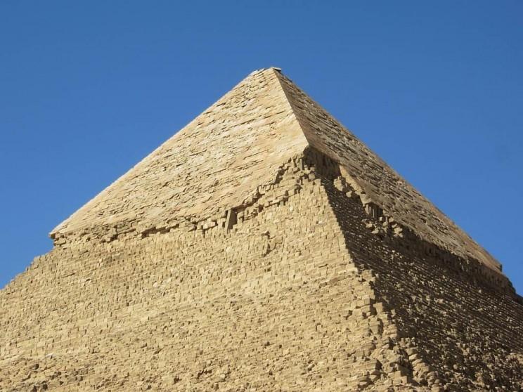 Những viên đá phản chiếu ánh sáng khiến kim tự tháp tỏa sáng như một viên ngọc quý.