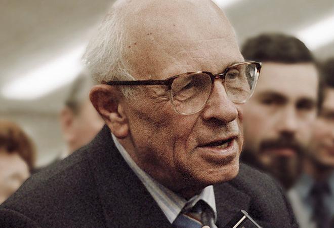 Andrei Sakharov tin rằng việc sử dụng hạt nhân để răn đe hạt nhân sẽ giúp thế giới hòa bình. Tuy nhiên những vụ thử nghiệm vũ khí nguyên tử gây chết chóc đã khiến ông day dứt và dần thay đổi suy nghĩ của mình. (Wikipedia)