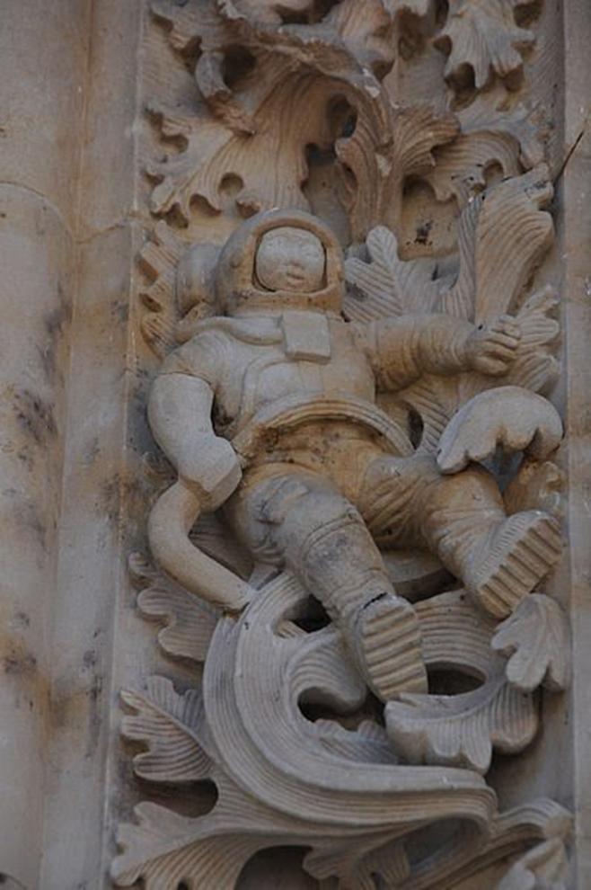 Có một bức phù điêu phi hành gia bí ẩn trên một nhà thờ ở Tây Ban Nha (phạm vi công cộng)