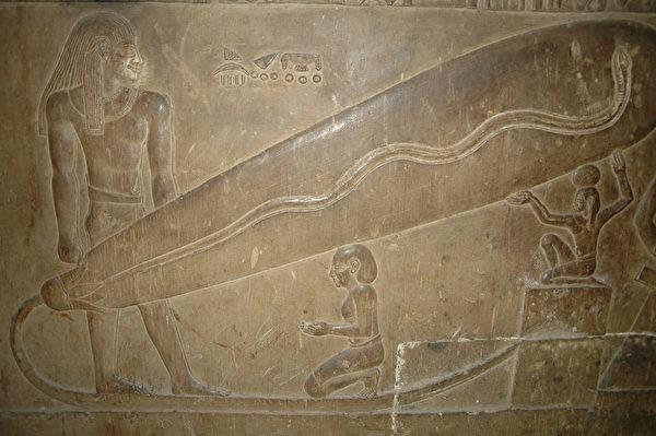Trên các bức phù điêu của Ai Cập cổ đại trong Kim tự tháp, một người nào đó cầm một bóng đèn khổng lồ và bóng đèn không được nối với dây.
