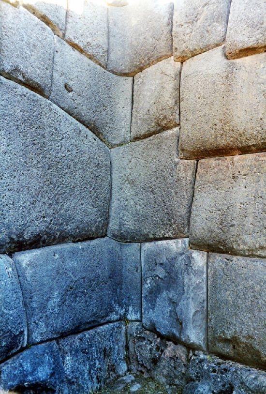 Kim tự tháp bằng đá của văn hóa Inca gần thành phố Cusco, Peru, được xây dựng bằng những viên đá khác thường.
