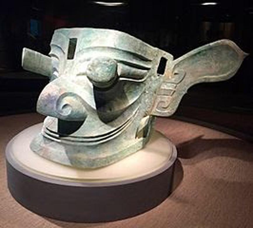 Mặt nạ bằng đồng có cặp mắt nhô ra theo chiều dọc (Bairuilong / wikidia commons )