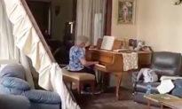 Giữa căn phòng đổ nát sau vụ nổ ở Beirut, cụ bà bình thản chơi piano