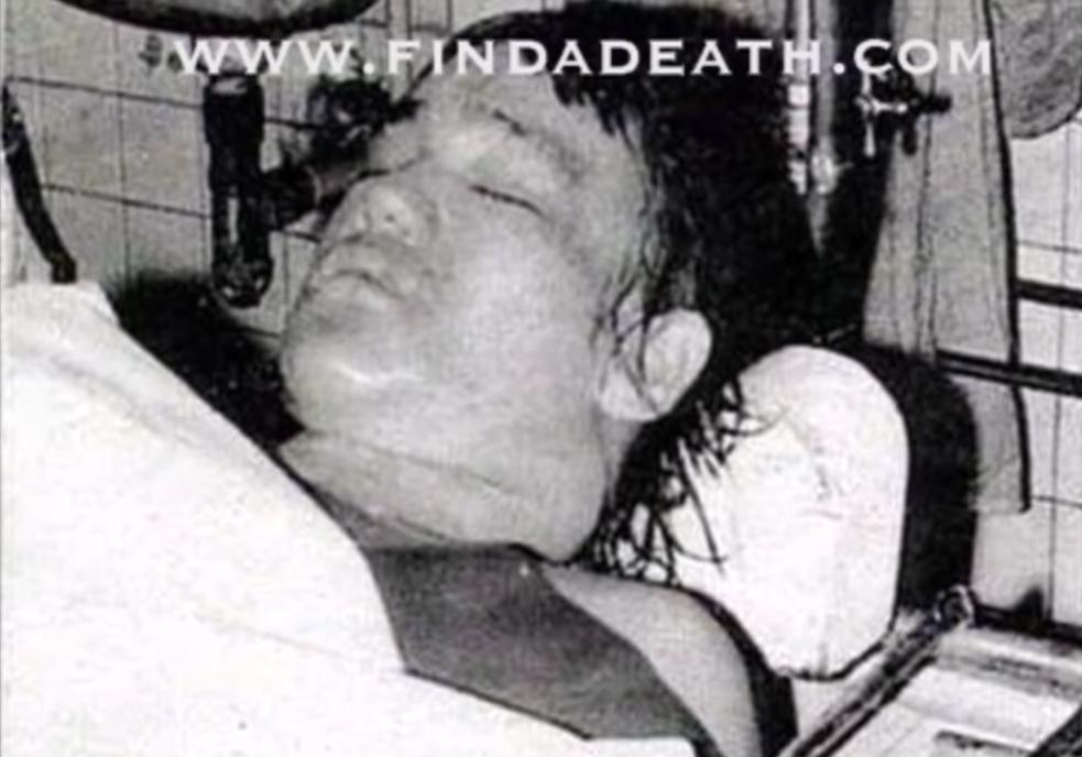 Theo thuyết âm mưu, cái chết của Lý Tiểu Long là kết quả của một quá trình phản ứng chậm do bị Điểm huyệt hẹn giờ chết từ vài tuần trước khi bị đột quỵ và tử vong do xuất huyết não.