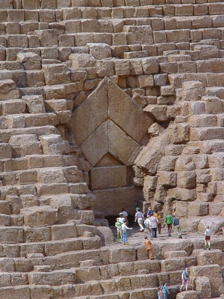 Một tấm cửa bằng đá vào Kim tự tháp.