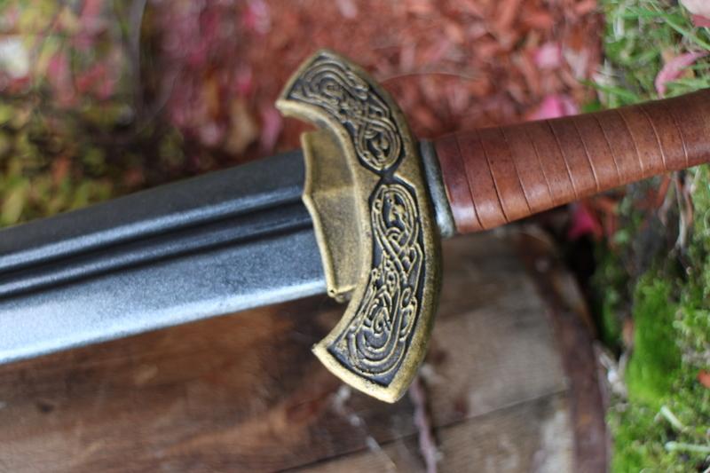 Tay trái cầm ngang thanh kiếm đưa lên cổ toan tự vẫn.