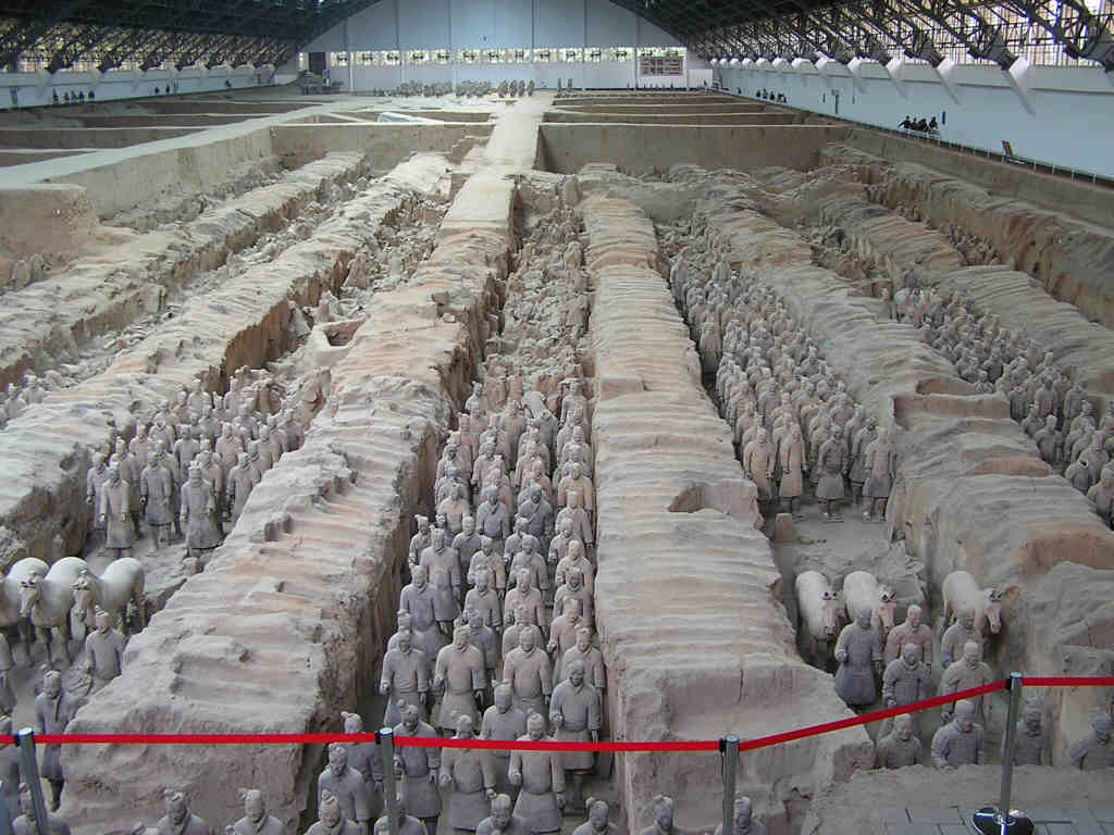 """Ngày 1 tháng 3 năm 1994, """"Kỳ quan thứ tám của thế giới"""" - hầm binh mã dũng (tượng người, ngựa bằng đất nung) của Tần Thủy Hoàng đã chính thức bắt đầu khai quật."""
