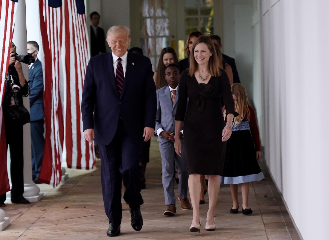 Tổng thống Hoa Kỳ Donald Trump và Thẩm phán Amy Coney Barrett đi bộ đến Vườn Hồng của Nhà Trắng ở Washington, DC, vào ngày 26/9/2020. Ông Trump đề cử bà Barrett vào Tối cao Pháp viện Hoa Kỳ. (Ảnh của Olivier DOULIERY / AFP) OLIVIER DOULIERY / AFP qua Getty Images)