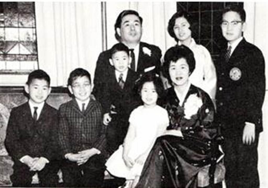 Chân dung gia đình bà Hesung Chun Koh.