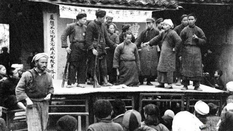 Vì để chứng tỏ lòng trung thành với Mao Trạch Đông, người Trung Quốc thời bấy giờ sẵn sàng phản bội tình thân quyến, tình bạn, tình cảm nam nữ để vạch rõ giai cấp, giới tuyến giữa ta và địch.