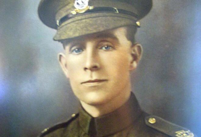 Binh nhì Henry Tandey định nhằm bắn thì nhận ra người lính này bị thương nên anh đã hạ súng và để người lính này chạy thoát.(Wikipedia)