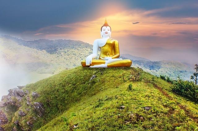 Tăng nhân Tâm Thiền cũng không vì thế mà cảm thấy xấu hổ, chậm rãi leo lên Phật tượng, chạm đến tuệ nhãn.