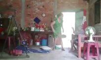 Bắt tạm giam người phụ nữ hành hạ mẹ già ở Long An