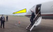 """Joe Biden vẫy tay chào """"bãi đất trống"""" tại sân bay Florida?"""