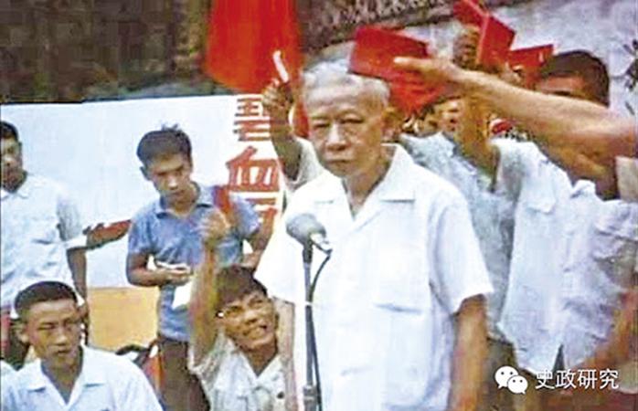 Một đám đông đã tập trung, phần lớn là cán bộ từ Ban Thư Ký thuộc Hội Đồng Tổng Lý. Lưu Thiếu Kỳ và vợ đứng giữa trung tâm, bị bọn cán bộ trong Ban Thư Ký xô đẩy và đấm đá. (Epoch Times)