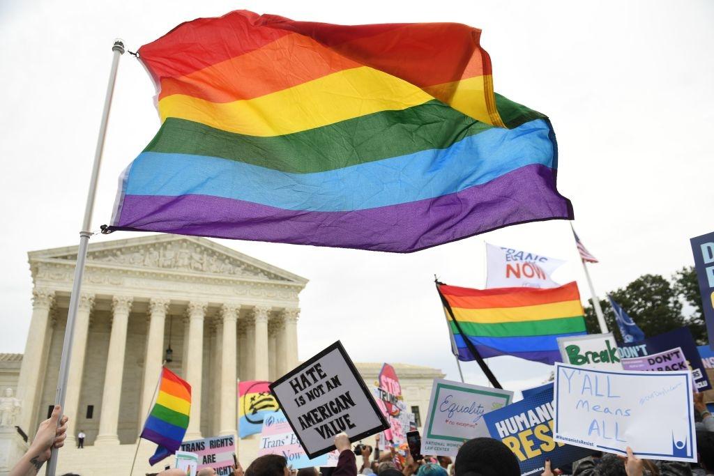 Đảng Cộng hòa phản đối hôn nhân đồng tính do điều này trái với truyền thống đạo đức, đặc biệt là những có đức tin. Đảng Dân chủ lại ủng hộ hôn nhân đồng giới.